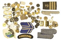 MIXED LOT OF INSIGNIA & BUTTONS